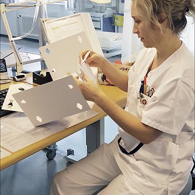 Foldetest til kasse der holder styr på indlagte patienters hjælpemidler og ejendele